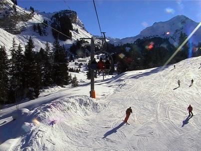 Skiers approaching Les Lindaret